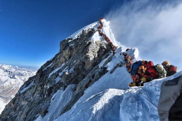 Mt_Everest_queue_290519